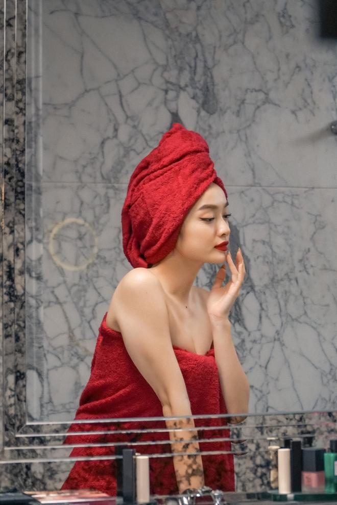 5 cảnh nóng nhức mắt của Kaity Nguyễn ở Gái Già Lắm Chiêu V: Hết đè ngửa đòi hôn đến lột sạch bạn diễn - ảnh 6
