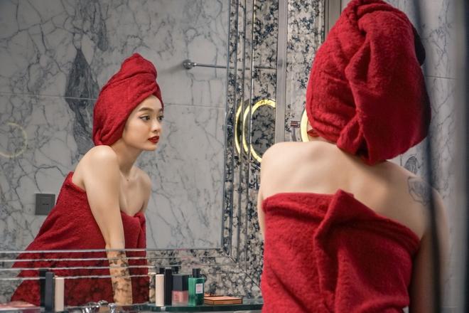 5 cảnh nóng nhức mắt của Kaity Nguyễn ở Gái Già Lắm Chiêu V: Hết đè ngửa đòi hôn đến lột sạch bạn diễn - ảnh 5