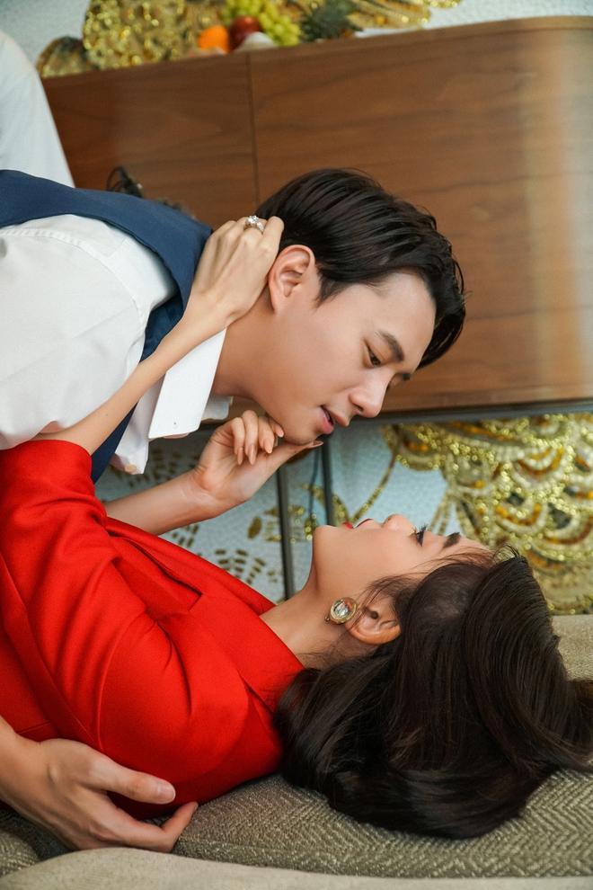 5 cảnh nóng nhức mắt của Kaity Nguyễn ở Gái Già Lắm Chiêu V: Hết đè ngửa đòi hôn đến lột sạch bạn diễn - ảnh 12
