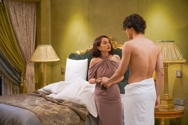5 cảnh nóng nhức mắt của Kaity Nguyễn ở Gái Già Lắm Chiêu V: Hết đè ngửa đòi hôn đến lột sạch bạn diễn - ảnh 17