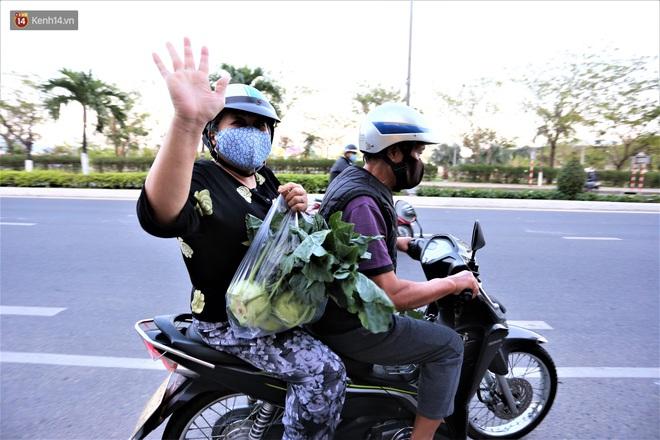Ảnh: Người Đà Nẵng nườm nượp kéo nhau giải cứu nông sản cho nông dân Hải Dương - ảnh 16
