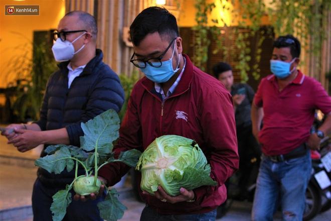 Ảnh: Người Đà Nẵng nườm nượp kéo nhau giải cứu nông sản cho nông dân Hải Dương - ảnh 14