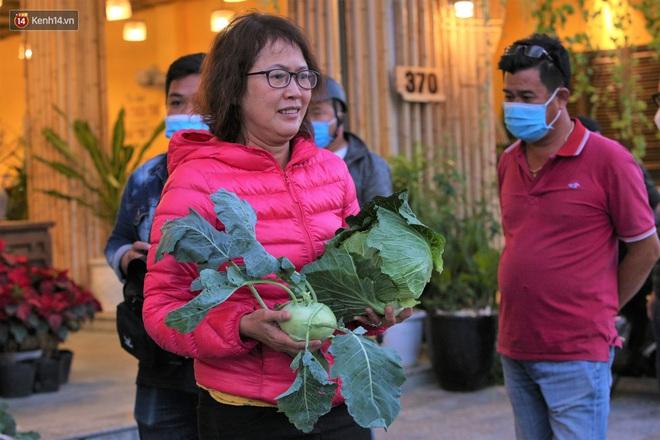 Ảnh: Người Đà Nẵng nườm nượp kéo nhau giải cứu nông sản cho nông dân Hải Dương - ảnh 15