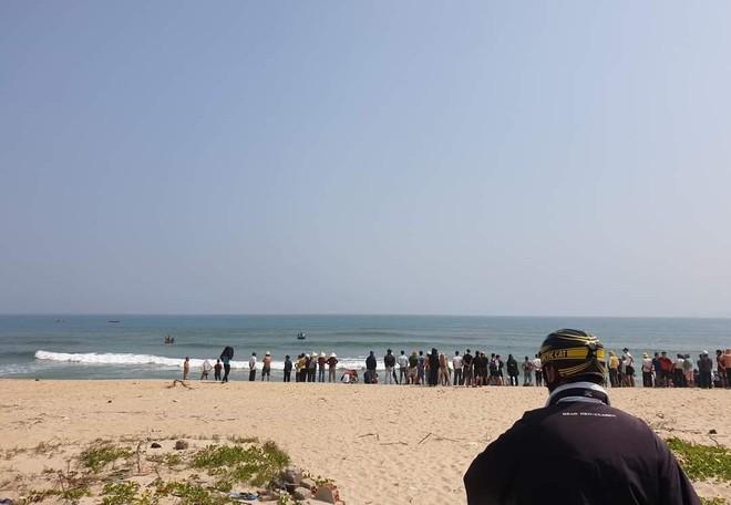 Nhóm học sinh đuối nước khi tắm biển, thanh niên 20 tuổi lao ra cứu sống được 3 người - ảnh 1
