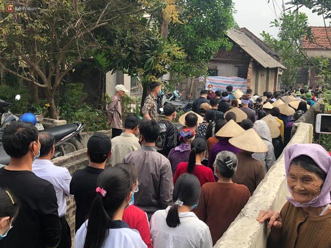 Quặn lòng đám tang của nữ sinh lớp 10 bị bạn trai bóp cổ đến chết, người thân ngã quỵ trên đường đưa tiễn - Ảnh 1.