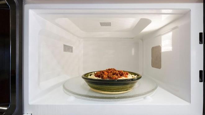 4 món nên vứt ngay nếu không ăn hết chứ đừng tiếc rẻ mà cất tủ lạnh, cố ăn chỉ làm tăng nguy cơ mắc ung thư - Ảnh 2.