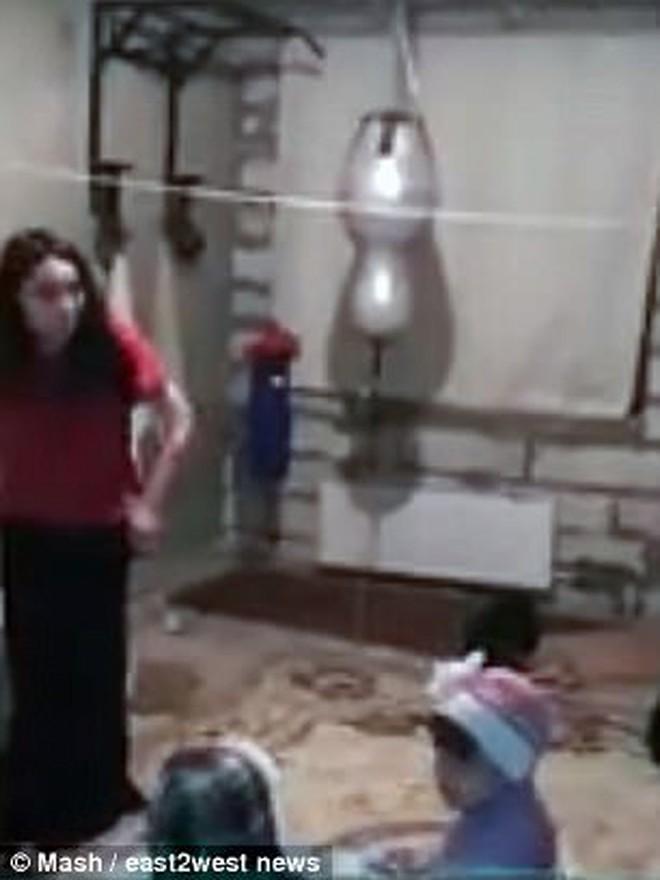 Quen trai lạ qua mạng rồi kết hôn, cô gái bị biến thành nô lệ tình dục trong động quỷ, 6 năm sau thoát ra ngoài cùng 4 con khiến ai cũng ngỡ ngàng - ảnh 9