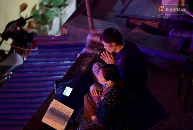 Hà Nội: Lễ cầu an tổ chức online nhưng nhiều phật tử vẫn tập trung xung quanh tổ đình Phúc Khánh để vái vọng - ảnh 1