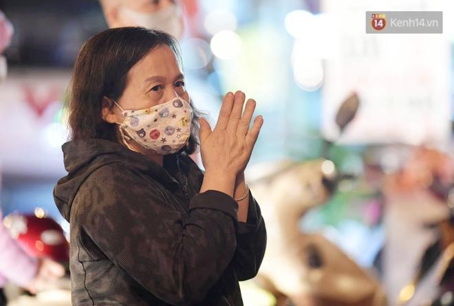 Hà Nội: Lễ cầu an tổ chức online nhưng nhiều phật tử vẫn tập trung xung quanh tổ đình Phúc Khánh để vái vọng - ảnh 6