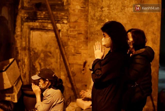 Hà Nội: Lễ cầu an tổ chức online nhưng nhiều phật tử vẫn tập trung xung quanh tổ đình Phúc Khánh để vái vọng - ảnh 5