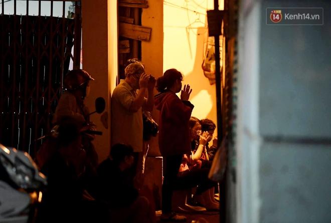 Hà Nội: Lễ cầu an tổ chức online nhưng nhiều phật tử vẫn tập trung xung quanh tổ đình Phúc Khánh để vái vọng - ảnh 14