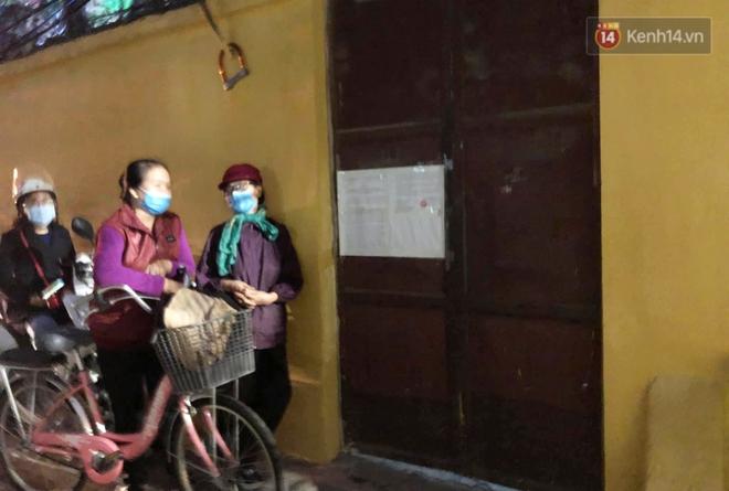 Hà Nội: Lễ cầu an tổ chức online nhưng nhiều phật tử vẫn tập trung xung quanh tổ đình Phúc Khánh để vái vọng - ảnh 16