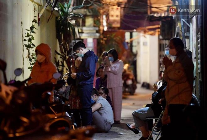 Hà Nội: Lễ cầu an tổ chức online nhưng nhiều phật tử vẫn tập trung xung quanh tổ đình Phúc Khánh để vái vọng - ảnh 13