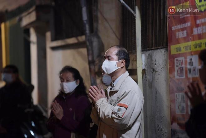 Hà Nội: Lễ cầu an tổ chức online nhưng nhiều phật tử vẫn tập trung xung quanh tổ đình Phúc Khánh để vái vọng - ảnh 11