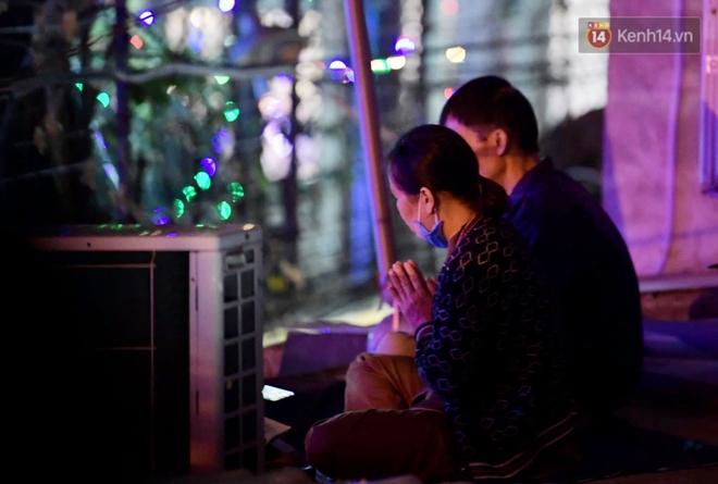 Hà Nội: Lễ cầu an tổ chức online nhưng nhiều phật tử vẫn tập trung xung quanh tổ đình Phúc Khánh để vái vọng - ảnh 2
