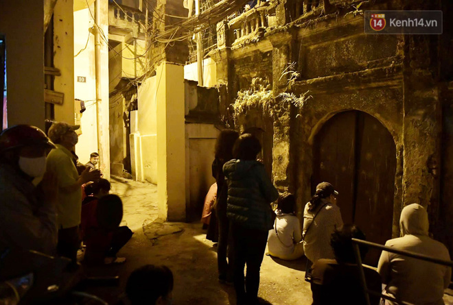 Hà Nội: Lễ cầu an tổ chức online nhưng nhiều phật tử vẫn tập trung xung quanh tổ đình Phúc Khánh để vái vọng - ảnh 4