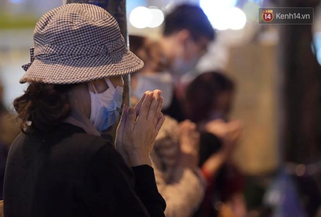 Hà Nội: Lễ cầu an tổ chức online nhưng nhiều phật tử vẫn tập trung xung quanh tổ đình Phúc Khánh để vái vọng - ảnh 7