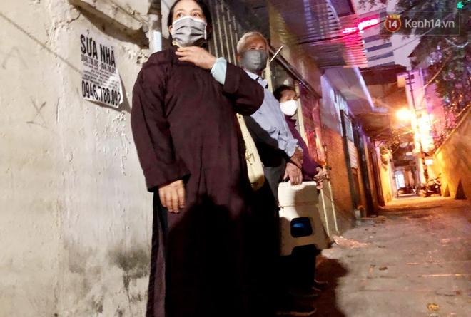 Hà Nội: Lễ cầu an tổ chức online nhưng nhiều phật tử vẫn tập trung xung quanh tổ đình Phúc Khánh để vái vọng - ảnh 15