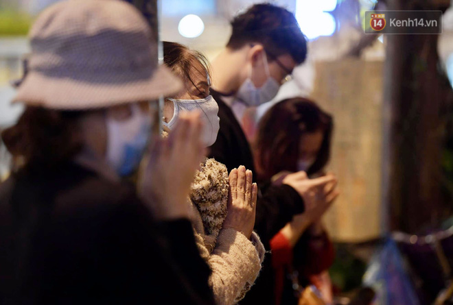 Hà Nội: Lễ cầu an tổ chức online nhưng nhiều phật tử vẫn tập trung xung quanh tổ đình Phúc Khánh để vái vọng - ảnh 10