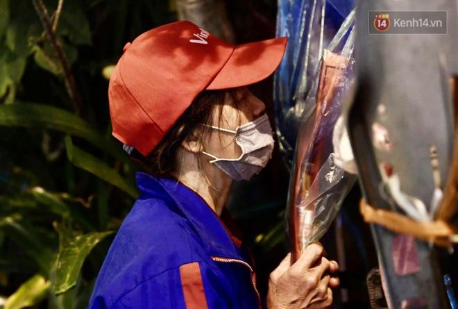Hà Nội: Lễ cầu an tổ chức online nhưng nhiều phật tử vẫn tập trung xung quanh tổ đình Phúc Khánh để vái vọng - ảnh 8