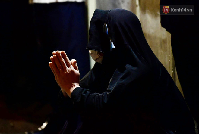 Hà Nội: Lễ cầu an tổ chức online nhưng nhiều phật tử vẫn tập trung xung quanh tổ đình Phúc Khánh để vái vọng - ảnh 9