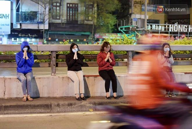 Hà Nội: Lễ cầu an tổ chức online nhưng nhiều phật tử vẫn tập trung xung quanh tổ đình Phúc Khánh để vái vọng - ảnh 12