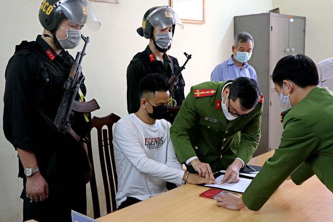 Di lý kẻ gây ra vụ án khiến 8 người thương vong tại quán karaoke ở Hòa Bình về trại giam - ảnh 1