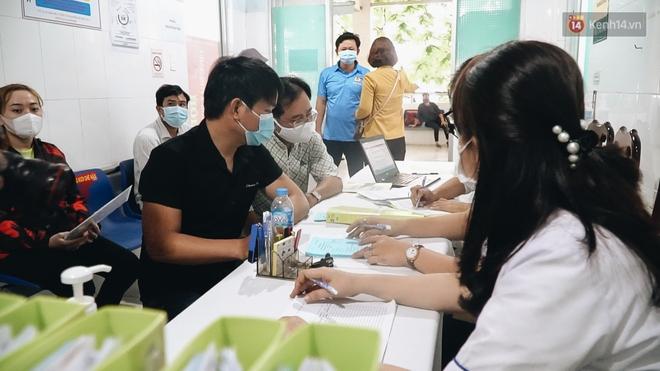 Cận cảnh những mũi tiêm vaccine Covid-19 của Việt Nam cho người dân Long An - ảnh 3