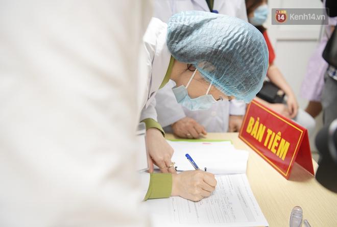 Ảnh: 35 người đầu tiên tiêm thử nghiệm lâm sàng vaccine phòng Covid-19 Việt Nam giai đoạn 2 tại Hà Nội - ảnh 9