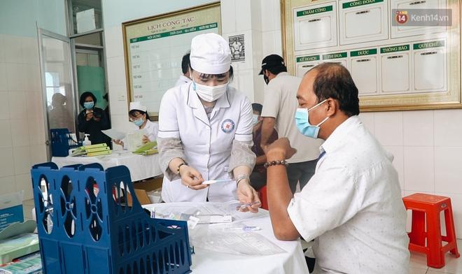 Cận cảnh những mũi tiêm vaccine Covid-19 của Việt Nam cho người dân Long An - ảnh 9