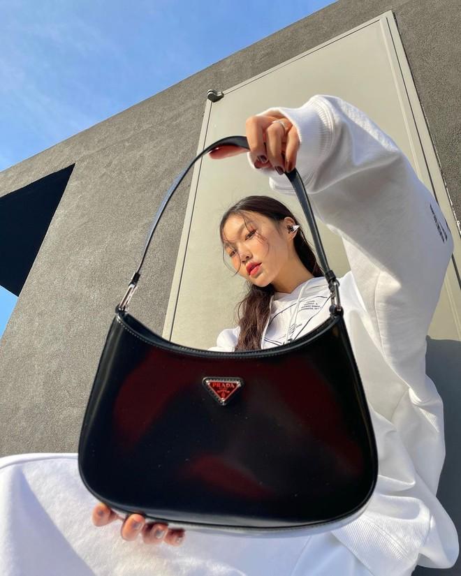 Hậu lời nguyền đại sứ, Prada vẫn hot ầm ầm nhờ chiếc túi lấy lòng mỹ nhân khắp nơi, sao nữ Việt dùng cũng siêu nhiều - ảnh 5