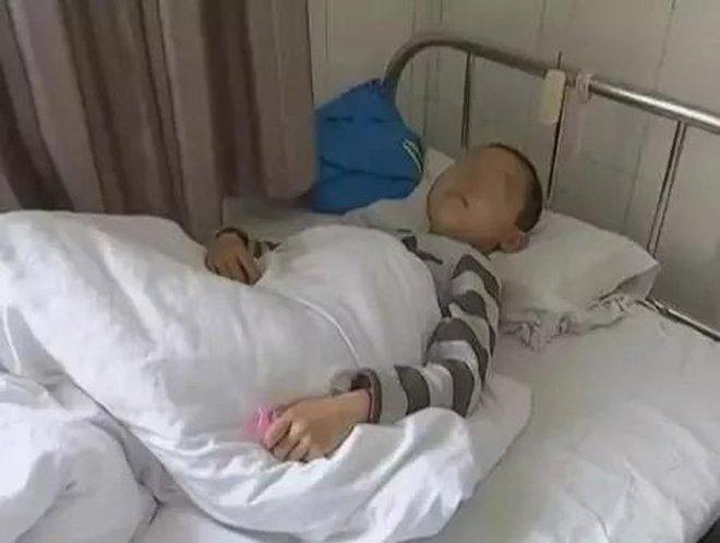 Cậu bé 7 tuổi bị ung thư dạ dày giai đoạn cuối, bác sĩ chỉ ra 4 thói quen xấu trong ăn uống mà nhiều gia đình mắc phải - ảnh 1