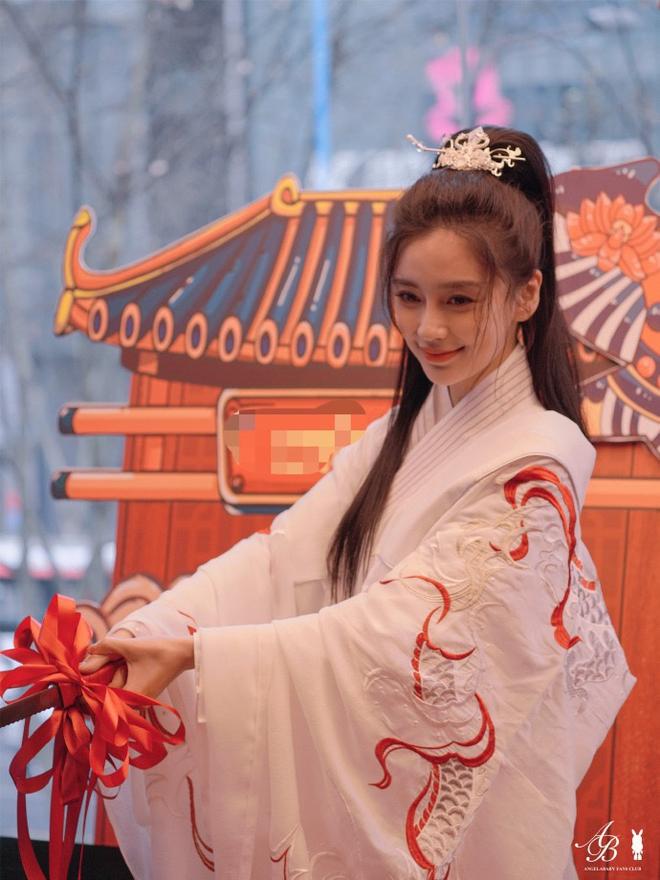 Angela Baby tổ chức sinh nhật mừng tuổi 32 ở nơi không ai ngờ, Huỳnh Hiểu Minh đang ra sao? - ảnh 1