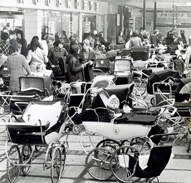 Bố mẹ bỏ con ngủ trên xe đẩy để vào nhà hàng ăn uống đã đời, hình ảnh gây phẫn nộ hóa ra là chuyện thường ngày ở huyện tại quốc gia này - ảnh 6