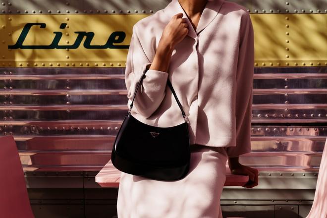 Hậu lời nguyền đại sứ, Prada vẫn hot ầm ầm nhờ chiếc túi lấy lòng mỹ nhân khắp nơi, sao nữ Việt dùng cũng siêu nhiều - ảnh 1