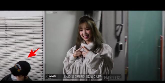 Rosé đèo Jisoo trên con xe y chang ảnh G-Dragon bị Dispatch tóm, hoá ra hẹn hò Jennie ở hậu trường quay MV Lovesick Girls? - ảnh 2