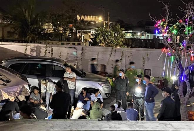 Bắt quả tang 33 nam nữ đang sát phạt nhau trên chiếu bạc - Ảnh 1.