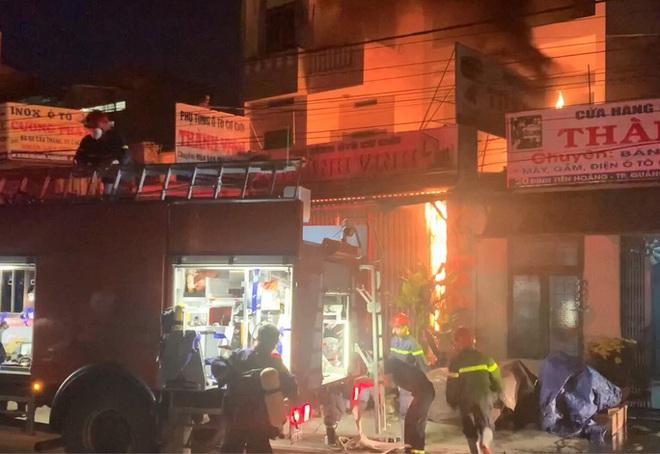 Ứng cứu kịp thời hai cha con mắc kẹt trong ngôi nhà đang bốc cháy dữ dội - ảnh 1