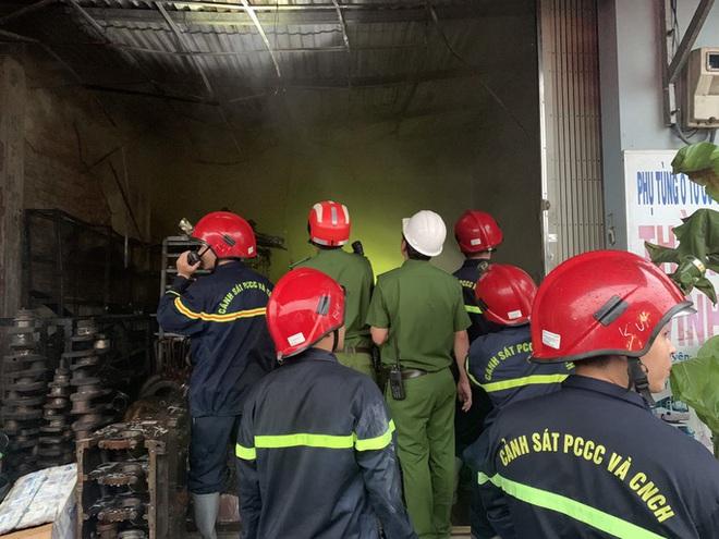 Ứng cứu kịp thời hai cha con mắc kẹt trong ngôi nhà đang bốc cháy dữ dội - ảnh 3