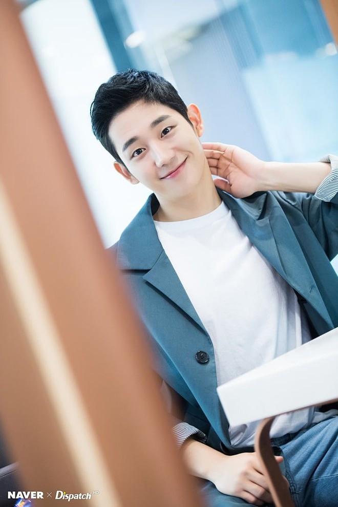 Fan ém hàng giúp Jisoo (BLACKPINK) cực tâm huyết ở phim trường Snowdrop, chèn hẳn váy hồng chói lọi tha hồ tung tăng! - ảnh 2