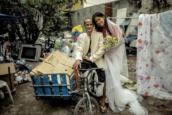 Được nhà hảo tâm giúp đỡ, cặp đôi U60 nghèo nhặt ve chai quay ngoắt 180 độ với bộ ảnh cưới đậm chất fashionista, ai xem cũng trố mắt - ảnh 11