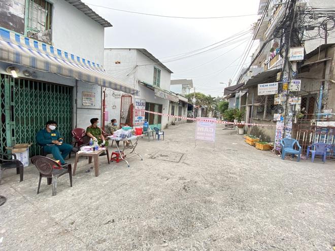 TP.HCM: Thêm nhiều khu dân cư bị phong tỏa do liên quan các bệnh nhân Covid-19 mới - Ảnh 1.