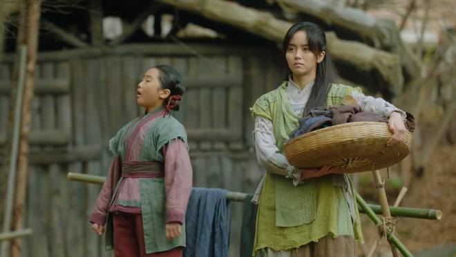Vừa được Kim So Hyun chủ động ôm ấp, Ji Soo bạo miệng rủ ngay crush về chung phòng ở Sông Đón Trăng Lên - ảnh 1