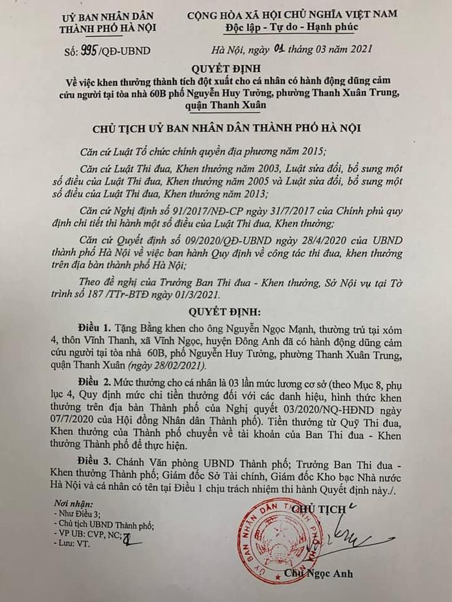 Bí thư và Chủ tịch Hà Nội tặng bằng khen người hùng cứu bé gái 3 tuổi rơi từ tầng 12 chung cư - Ảnh 2.