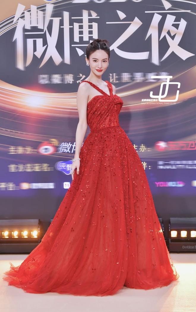 Soi váy áo sao nữ Đêm hội Weibo: Nhiệt Ba chặt chém ác liệt, Châu Đông Vũ - Tống Thiến mặc gì thế này? - ảnh 4