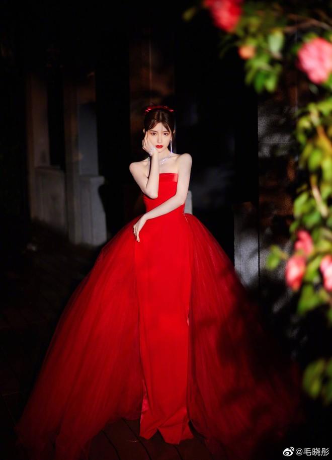 Soi váy áo sao nữ Đêm hội Weibo: Nhiệt Ba chặt chém ác liệt, Châu Đông Vũ - Tống Thiến mặc gì thế này? - ảnh 2