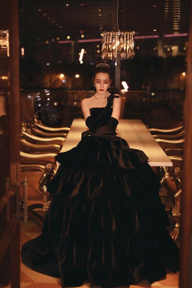 Nhiệt Ba gây sốt tại Đêm Hội Weibo 2020: Hết thiên nga trắng lại hoá thiên nga đen, nữ hoàng dạ tiệc là đây chứ đâu! - Ảnh 1.