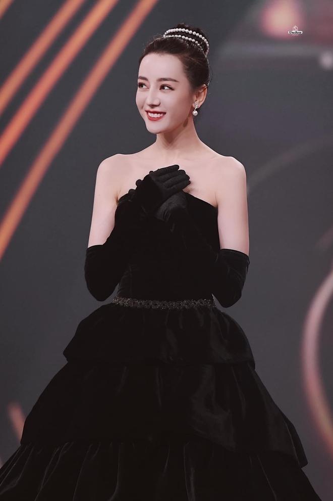 Nhiệt Ba gây sốt tại Đêm Hội Weibo 2020: Hết thiên nga trắng lại hoá thiên nga đen, nữ hoàng dạ tiệc là đây chứ đâu! - Ảnh 4.