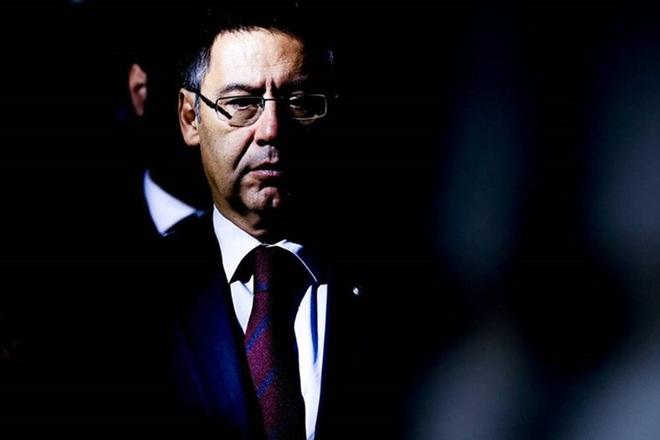 Nóng: Cảnh sát bắt giữ cựu Chủ tịch Bartomeu và 4 quan chức Barca, tìm chứng cứ về chiến dịch bôi nhọ Messi - ảnh 1