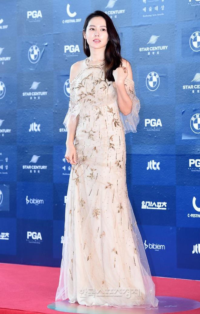 """Chỉ với thay đổi nhỏ, """"chị đẹp"""" Son Ye Jin biến item hiểm hóc thành trang phục thanh lịch vô cùng - ảnh 1"""